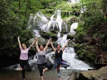 Asheville: Epische Morgen-Wasserfall-Yoga-Wanderung