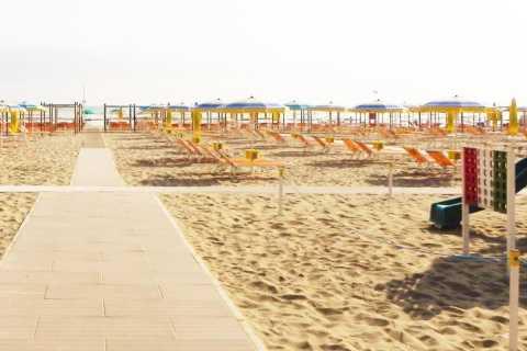 Riccione: Flamingo Beach mit Sonnenschirm, Solarium und Aperitif