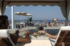Riccione: guarda-chuva e espreguiçadeiras na praia Baia degli Angeli