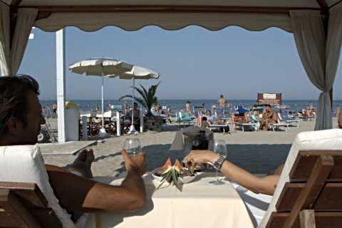 Riccione: Sonnenschirme und Liegen am Strand von Baia degli Angeli