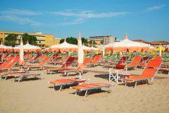 Riccione: guarda-sol e espreguiçadeiras na praia 209