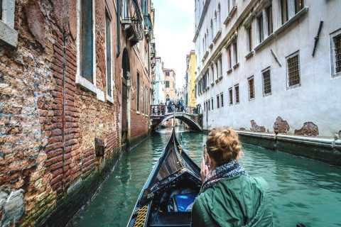 Venezia: tour a piedi segreto di 2 ore e giro in gondola