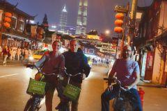 Passeio de bicicleta de grupo pequeno noite de Shanghai