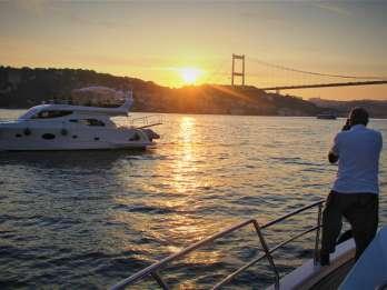 Bosporus: Sonnenuntergangs-Tour auf einer luxuriösen Yacht