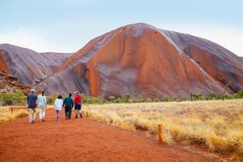 Uluru: Guided Walking Tour at Sunrise with Light Breakfast