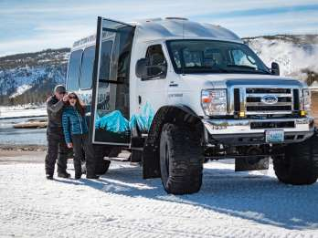 Von Jackson: Yellowstone Snowcoach Tour zu Old Faithful
