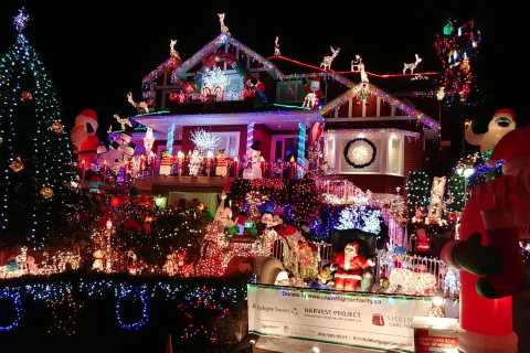 Vancouver: Christmas Tour with Light Festival Entrance