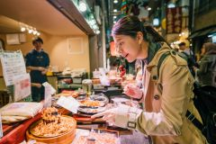 Nishiki: Passeio pelo mercado de alimentos, degustação de saquê e aula de sushi
