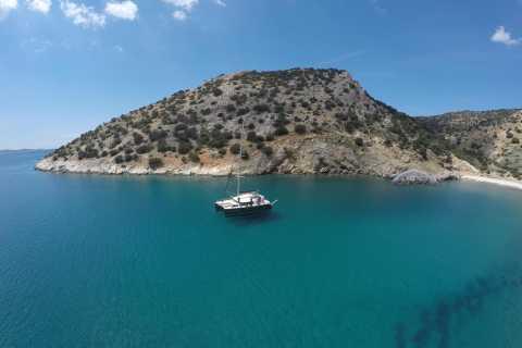 Naxos: croisière en catamaran dans la grotte de Rina et les petites îles avec déjeuner