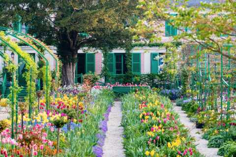 From Paris: Private Giverny & Versailles Day Trip