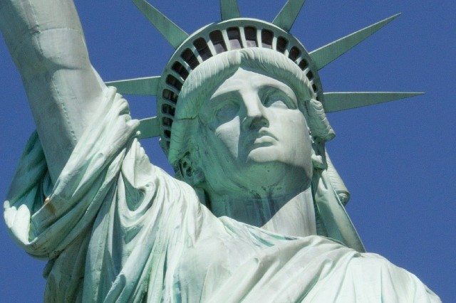 New York: Statue of Liberty and Ellis Island Tour in Spanish