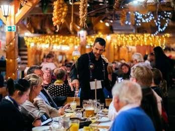 Prag: Folklore-Gartenparty mit traditionellem Abendessen