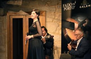Porto: Cálem-Kellerführung, Fado-Show & Weinprobe