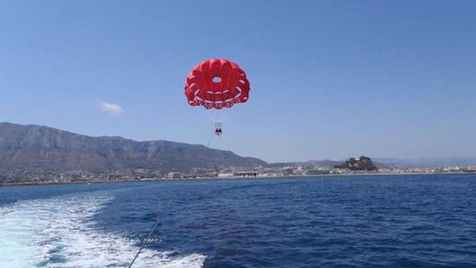 Dénia: viaje en barco de 1,5 horas y experiencia de parasailing