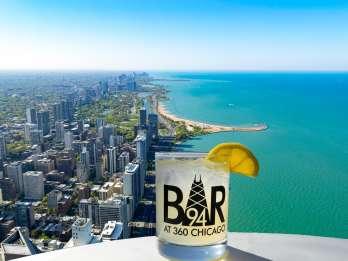360 Chicago: Aussichtsplattform mit einem Getränk in der Bar 94