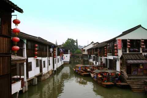 Shanghai: Zhujiajiao Water Town and City Highlights Tour