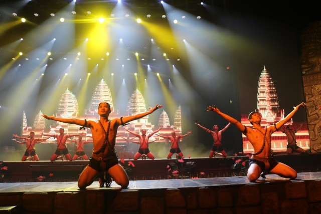 Siem Reap: Smile of Angkor Show with Dinner and Transfers