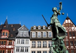 What to do in Frankfurt/Main - Frankfurt: Old Town Wonders Exploration Game and Tour