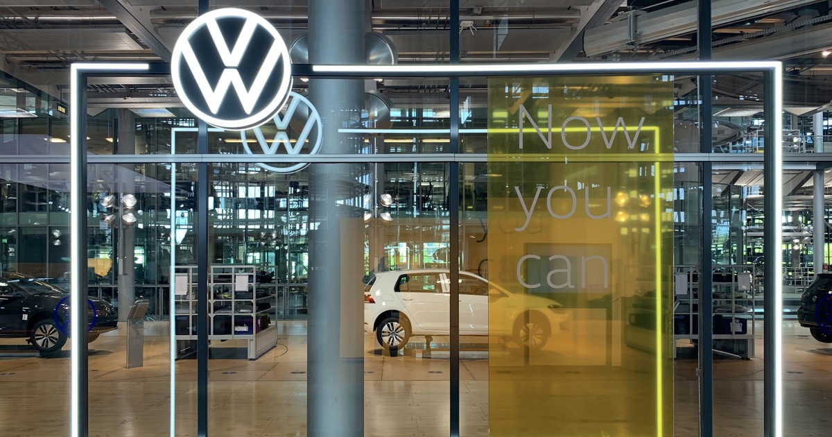 Dresden: Guided Tour of the Volkswagen Transparent Factory