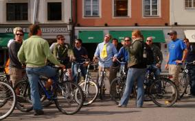 Munich: Evening Bike Tour with Beer Garden Visits
