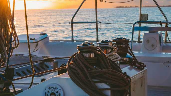 Málaga: viaje en catamarán al atardecer con copa de cava