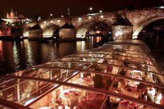 Praga: cruzeiro turístico com jantar em um barco de vidro aberto