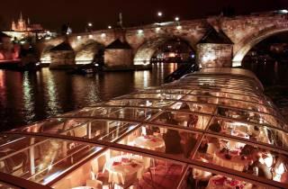 Prag: Sightseeing-Dinner auf einem verglasten Schiff