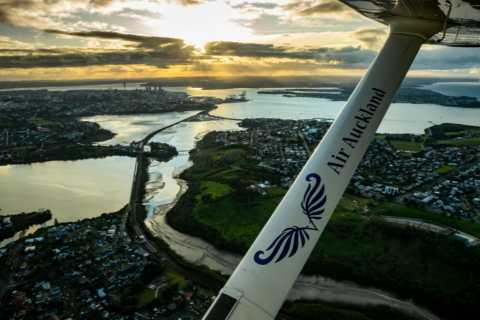 Auckland: Scenic Flight over Auckland and Waikeke