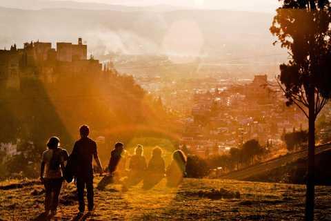 Granada: Sunset Walking Tour in Albaicín & Sacromonte