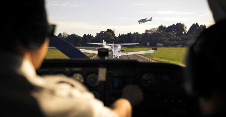 Auckland: Scenic Flight to Raglan with 2-Course Lunch