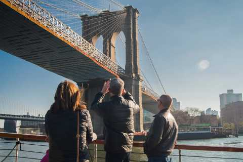 NYC: Sightseeing Holiday Cruise with Drink