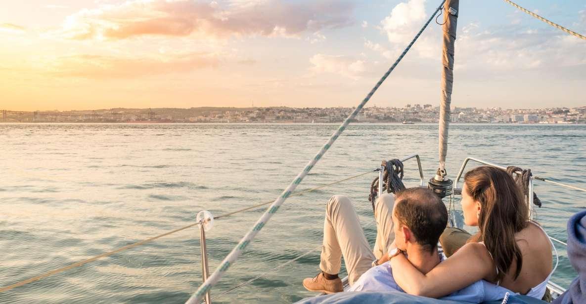 Lissabon: Tages-/Sonnenuntergangs-Stadtrundfahrt mit dem Segelboot mit Getränken