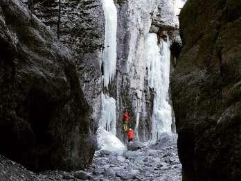 Aus Canmore: Erkundung des kanadischen Rockies Canyon im Winter