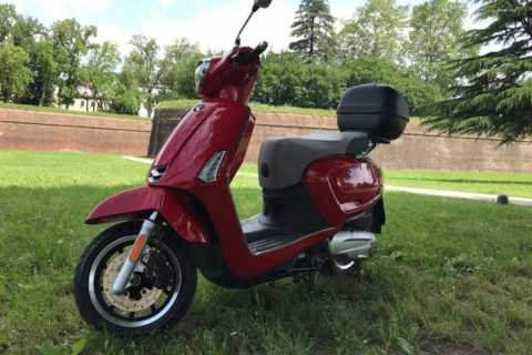 Lucca: 1 Day Vespa and Scooter Rental