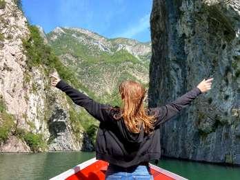 Ab Tirana: Tagesausflug zum Komani-See und zum Shala-Fluss