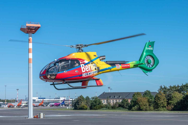 Berlin: Hubschrauberflug über die Dächer der Stadt