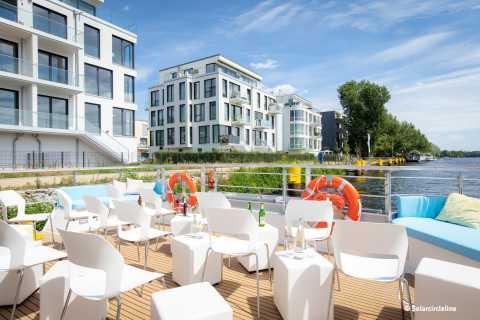 Berlin: Luxuriöse Flussrundfahrt mit dem Solar-Katamaran