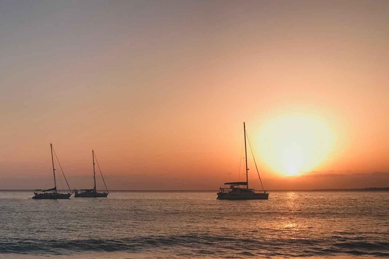 Lanzarote: 2-stündige Bootsfahrt bei Sonnenuntergang entlang der Küste mit Getränk