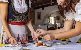 Heraklion: Cretan Cooking Lesson with Dinner in Arolithos